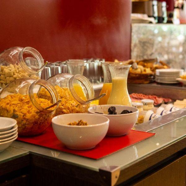 Desayuno BUFFET - cereales, yogures, jugos, fiambres y panes